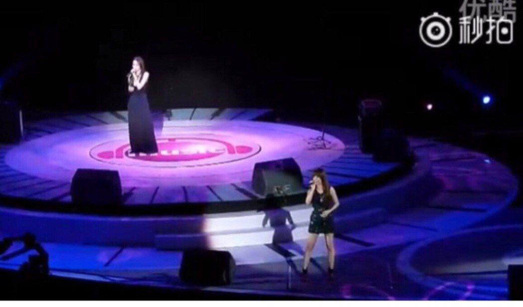 范瑋琪(左)與張韶涵合唱零互動。圖/翻攝秒拍