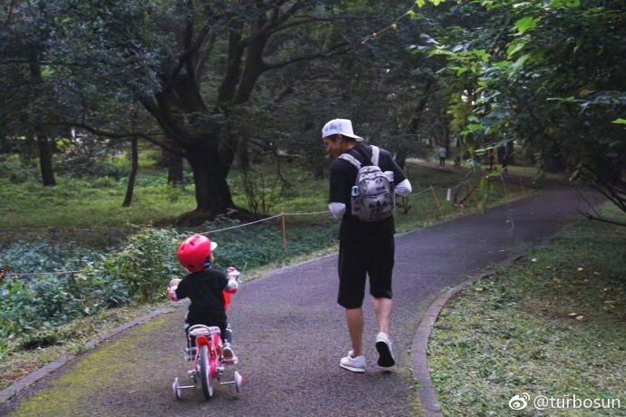 孫儷曝光鄧超與女兒有愛的日常照。圖/摘自微博