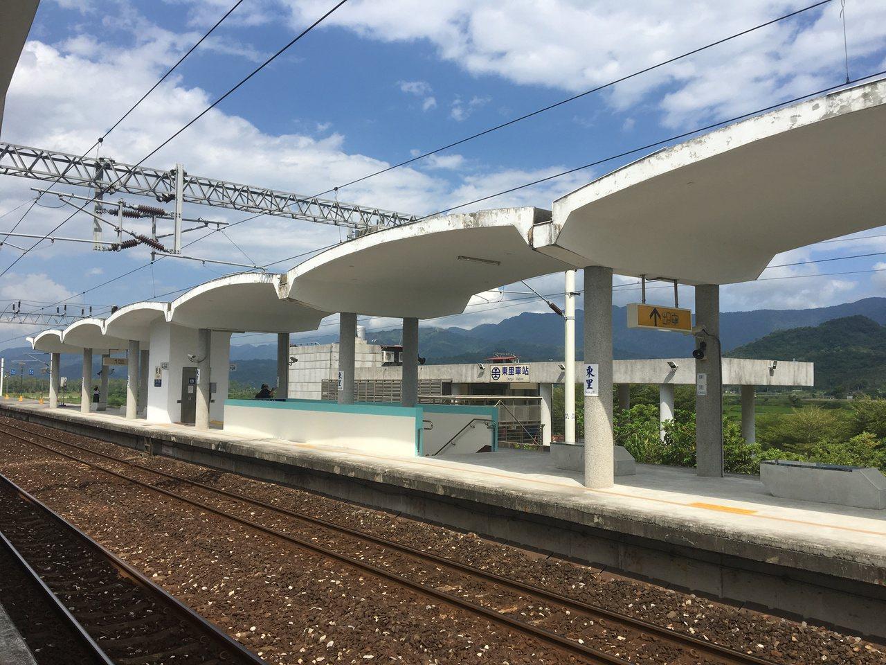 東里車站的站體是波浪型的外觀,好像翅膀一般。記者徐庭陽/攝影