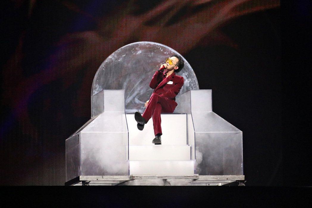 G-Dragon 17日在吉隆坡開唱,他坐在透明壓克力寶座上,彷彿君王。圖/IM...