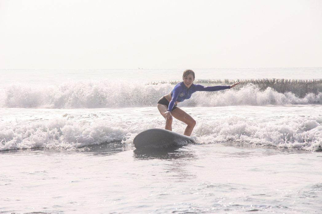 東森主播吳宇舒挑戰下海衝浪。圖/東森提供