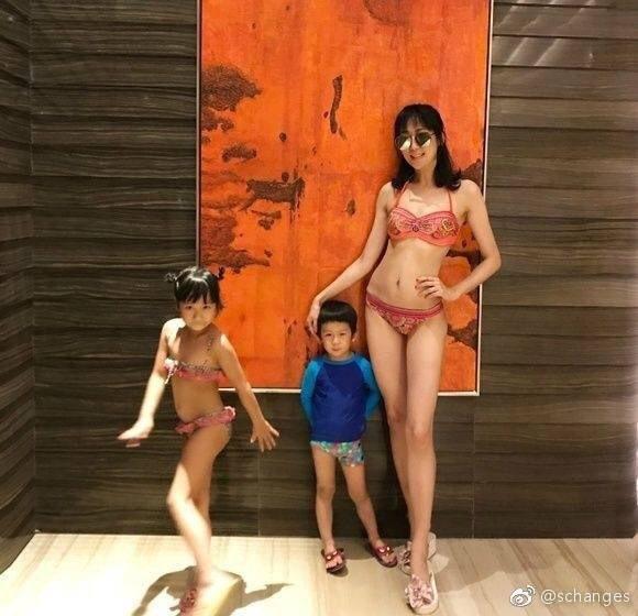 蔣麗莎帶孩子們度假,曬出比基尼辣照,完全看不出是4個孩子的媽。圖/擷自蔣麗莎微博