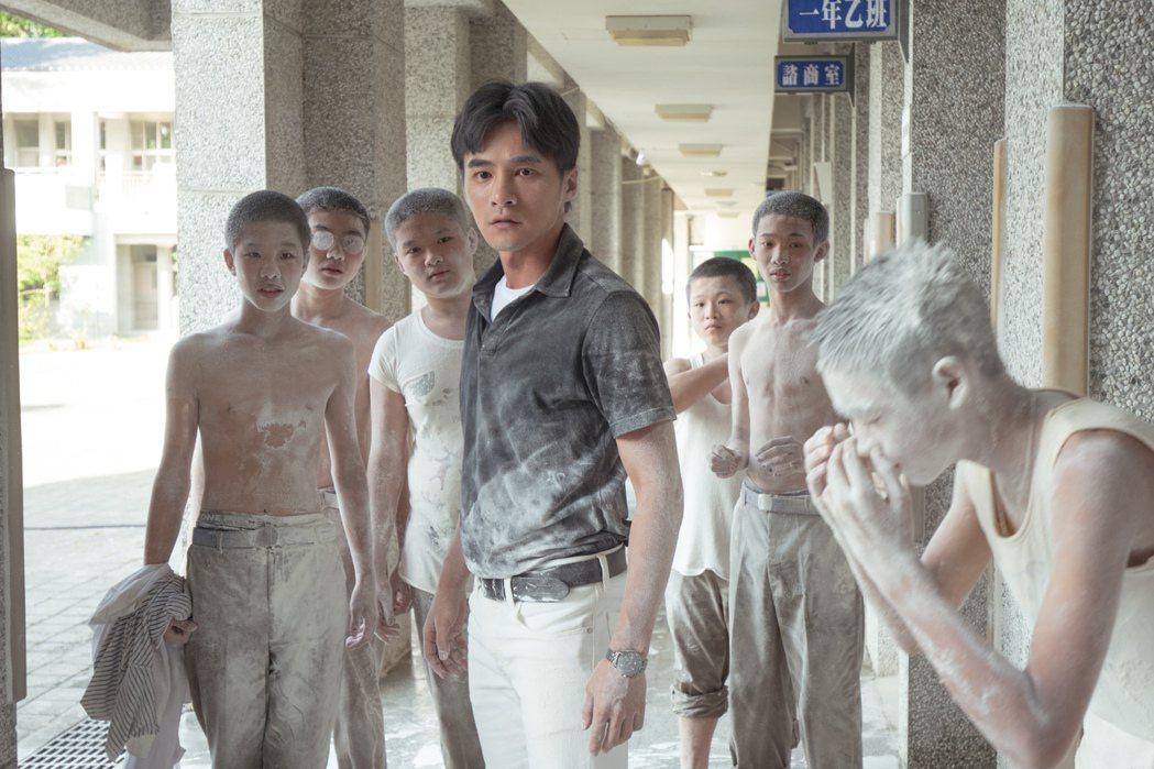 「老師你會不會回來」片中有一場學生間的「滅火器大戰」。圖/牽猴子提供