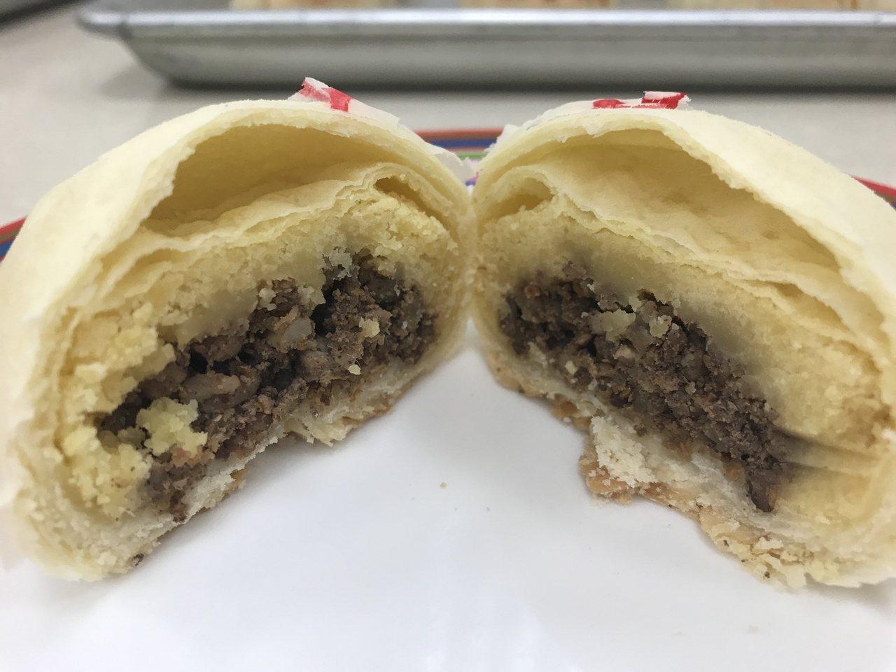 招牌綠豆凸是鹿港最傳統的糕點,但講究健康理念的鄭永豐認為高溫油炸食物不符合健康理...