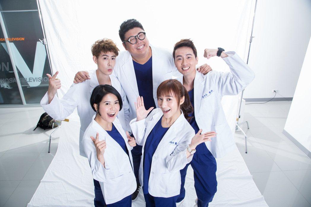 夏宇禾(右)、林柏妤演出「實習醫師鬥格」。圖/民視提供