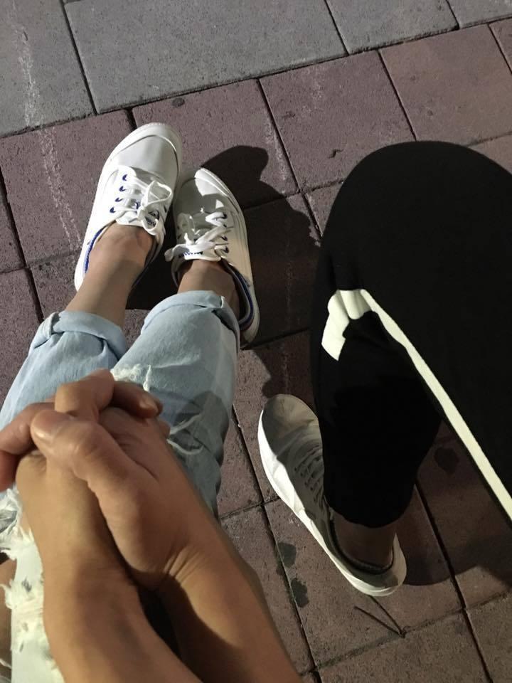 謝盈萱與海裕芬PO出牽手照。圖/摘自臉書