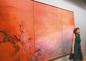 亞大現代美術館開展,媒體要求拍照時,趙無極法籍妻子站在丈夫獻給她的畫作前聳肩說:...
