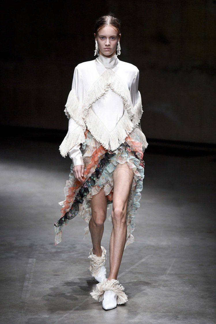垃圾袋、雞毛撢是鬼才Christopher Kane的靈感來源。圖/擷自wwd