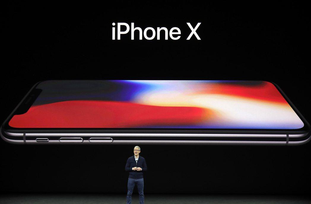 蘋果執行長庫克12日發表iPhone X,這款蘋果旗艦手機最快11月才會上市。 ...