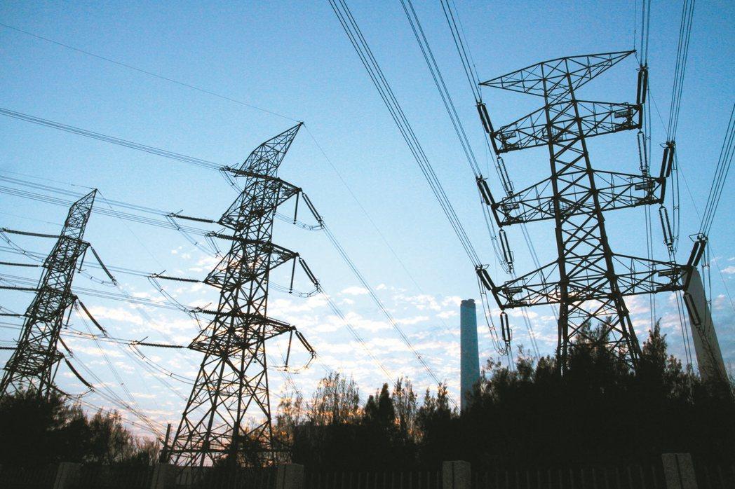 經濟部昨(18)日召開電價費率審議會,拍板輸配電費率,用戶最快10月底可以買到再...