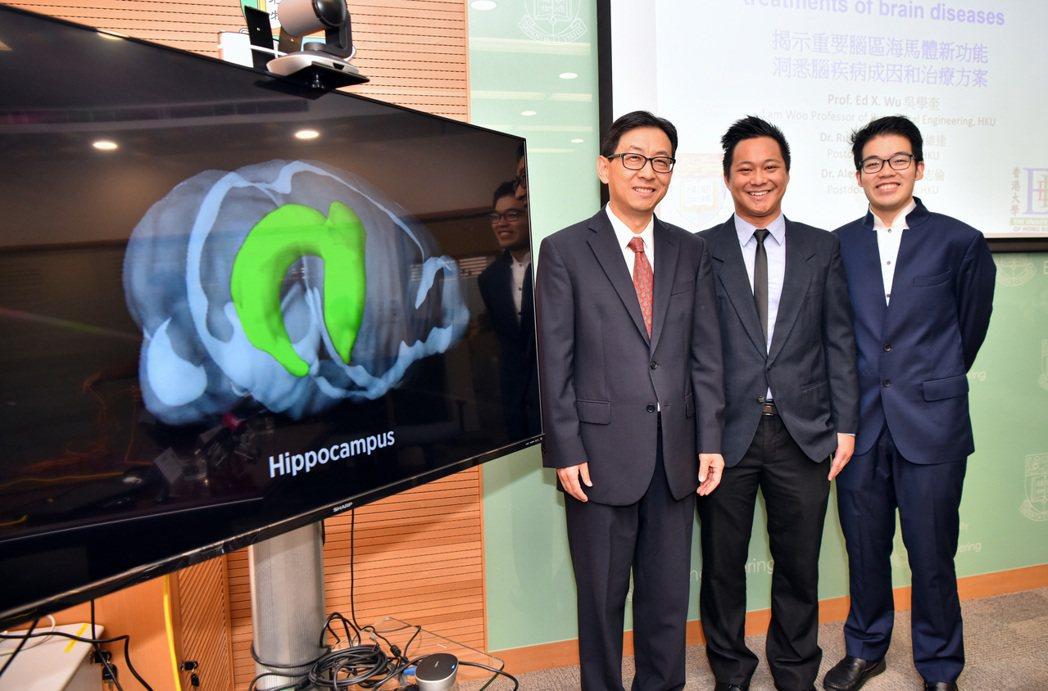 香港大學電機電子工程系教授、生物醫學工程首席教授吳學奎(左)帶領的團隊18日召開...
