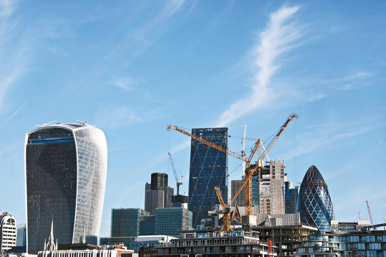 倫敦市長卡恩打算課空屋稅,但房市專家不看好效果。圖為倫敦市中心高樓大廈林立。 路...