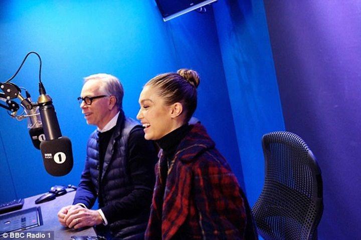 Gigi Hadid 和 Tommy Hilfiger 一起接受BBC的訪問。圖...