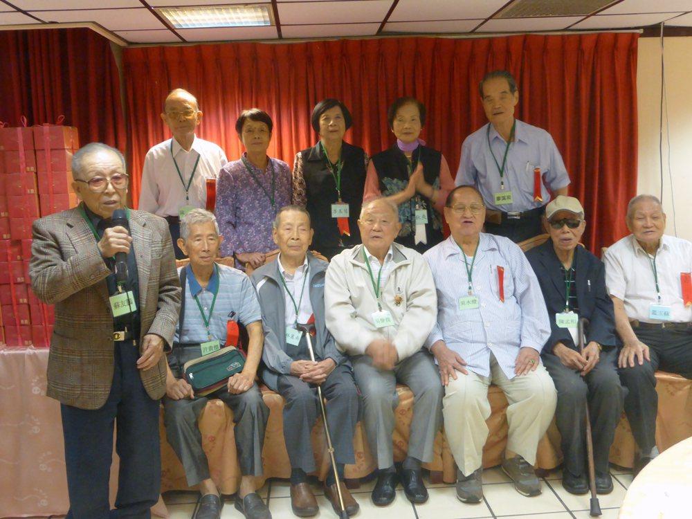 政治受難者老人關懷協會慶生,蘇友鵬醫師帶頭領唱。 圖/羅宜芬攝