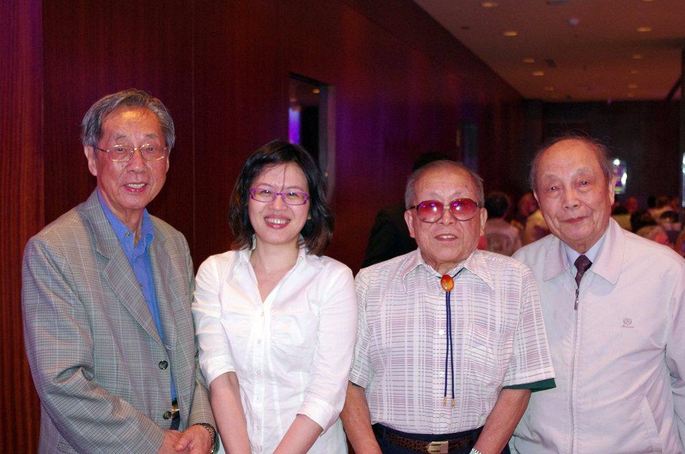 左起:蔡焜霖、陳峋蘋(陳英泰之女)、蘇友鵬、張燦生。 圖/朱丰中攝