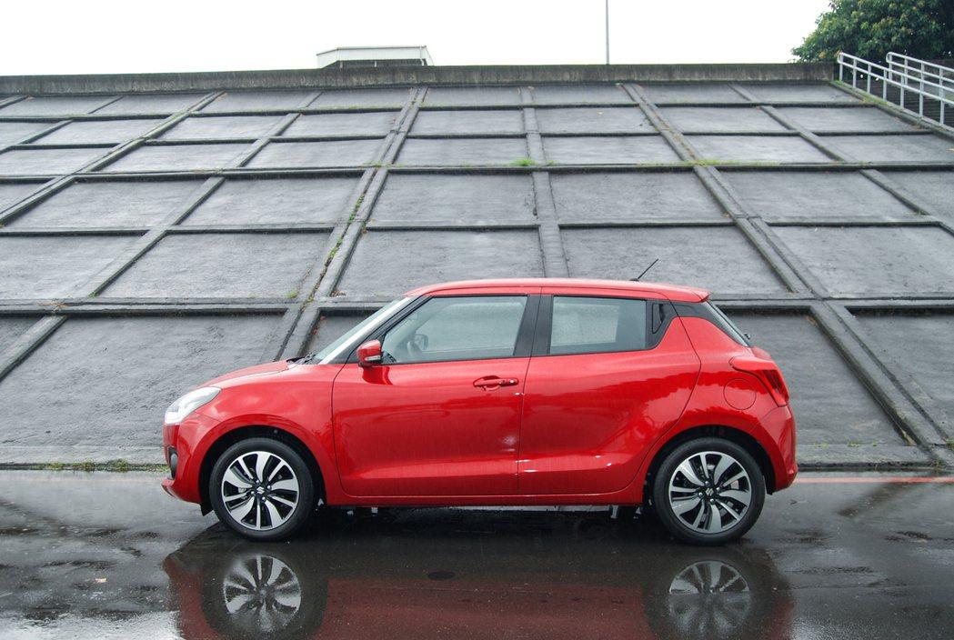 全新 Suzuki Swift 採用懸浮設計,尤其在 C 柱方面結合了後車門的隱...