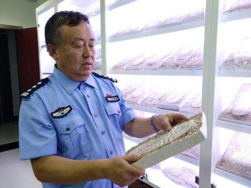 足跡神探吳洪湃與他的足跡模型。 圖/取自齊魯網