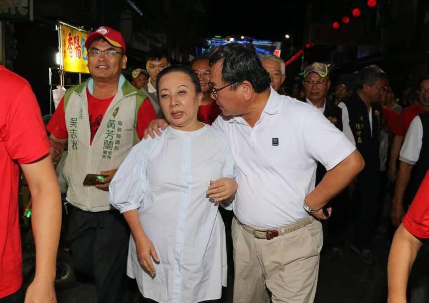 立委陳明文日前右手搭在張花冠肩上說話,張花冠表示不舒服、想提告。 圖/讀者提供