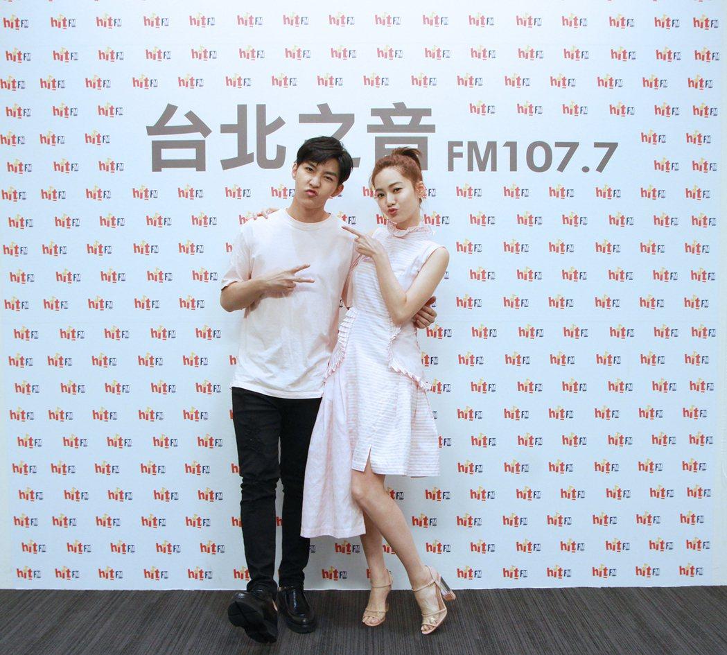 炎亞綸陪曾之喬一起主持廣播。圖/HitFM提供