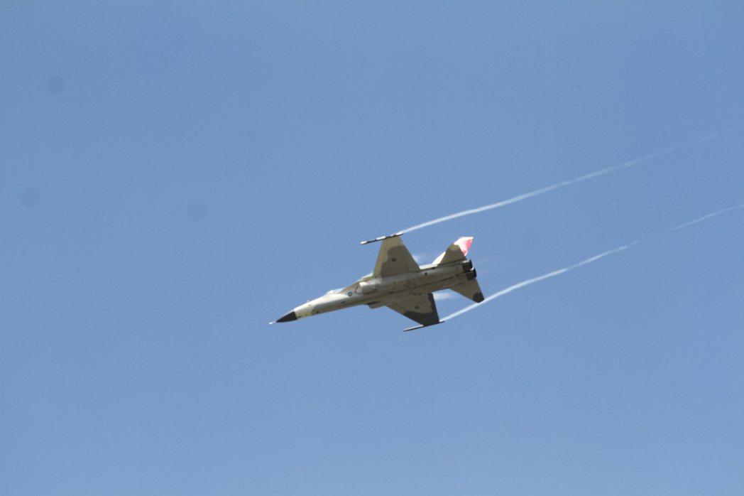 飛行員展現經國號絕佳的操控能力和飛行技巧。記者徐庭揚/攝影