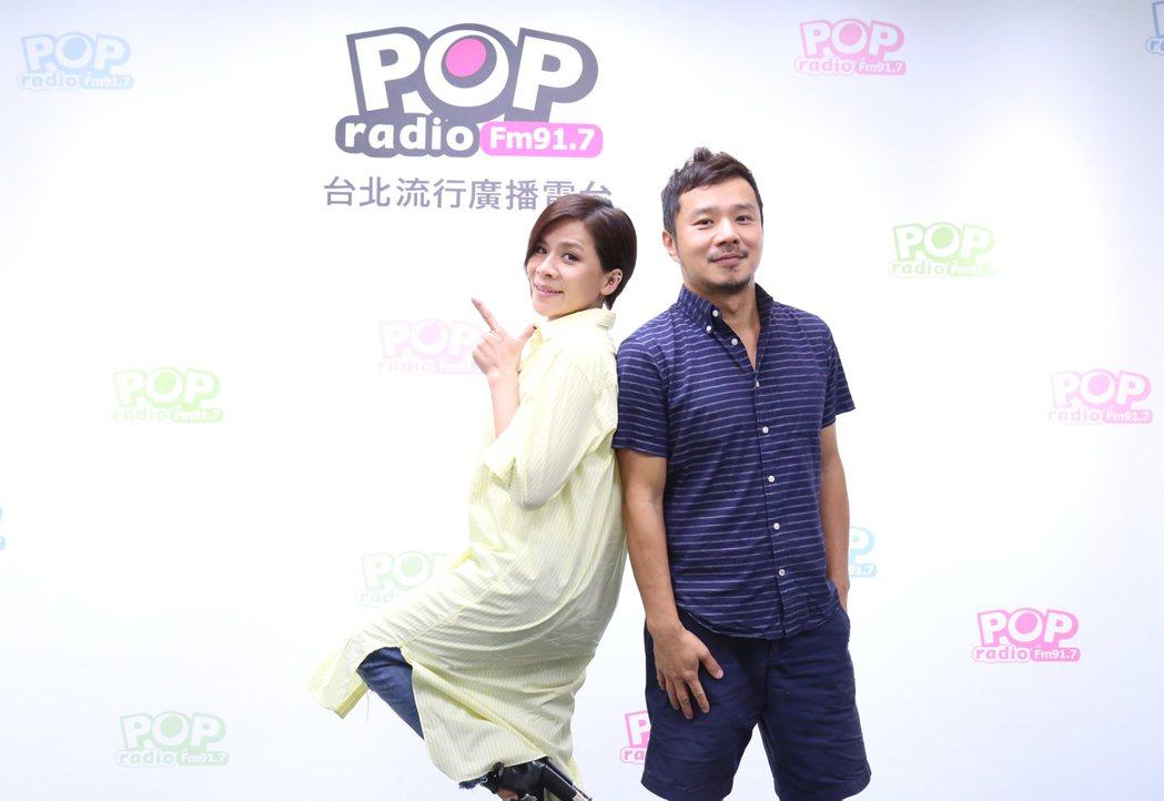 江美琪(左)與DJ丹尼。圖/POP Radio提供