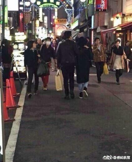 鄧超與孫儷這對演藝圈模範夫妻,日前有網友拍到他們手牽手在東京街頭散步逛街,並且說「偶遇,本人真美」。照片在微博曝光之後,意外引起眾多網友討論,有人說「為什麼全世界都在偶遇明星,我怎嘛從來沒遇過?」也...