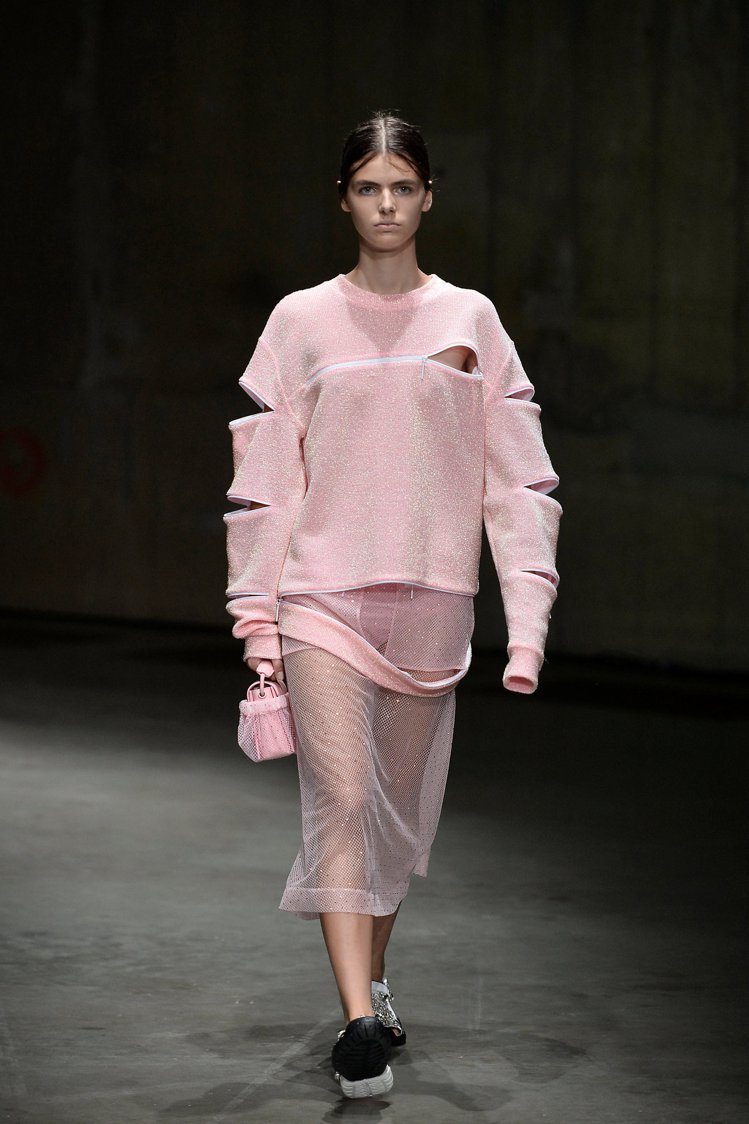寶石鏤空鑲嵌的鞋履和服裝,是Christopher Kane的低調奢華。圖/路透...