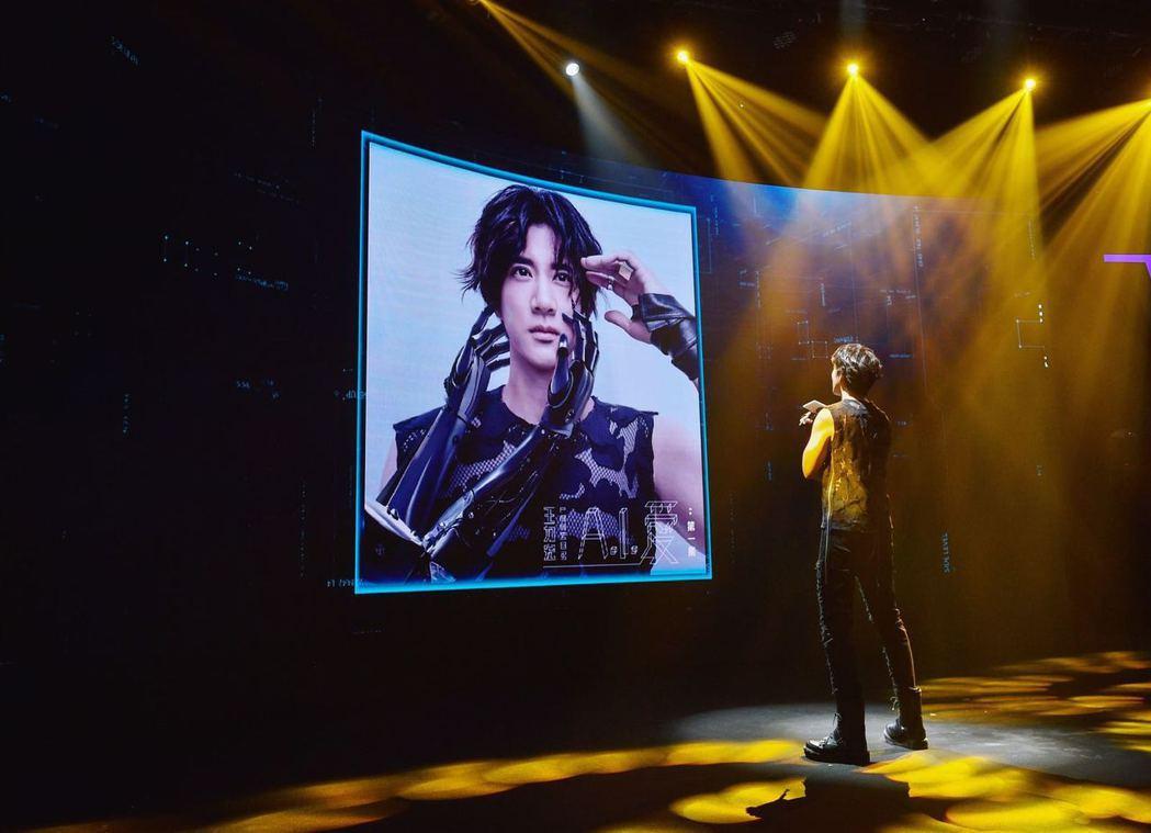 王力宏19日在北京舉行發片記者會,他用人臉辨識功能解鎖新歌MV。圖/宏聲提供
