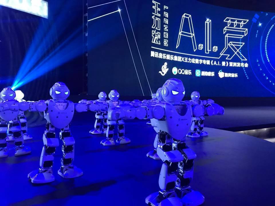 王力宏19日在北京舉行發片記者會,新歌走科技感路線,現場有小型機器人會隨歌動。記...