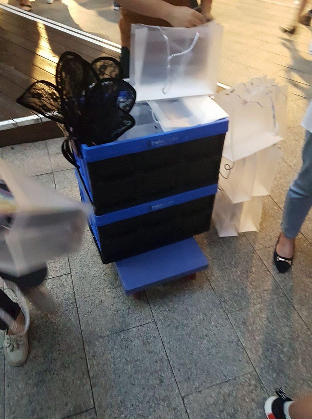 小巨蛋外攤販,這樣的塑膠袋賣100元。圖/讀者提供