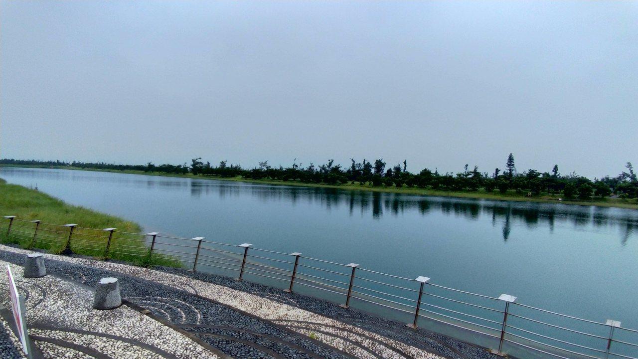 今年國慶煙火在台東卑南溪口施放,活水湖周邊將自10月2日起管制人車進入。 記者潘...