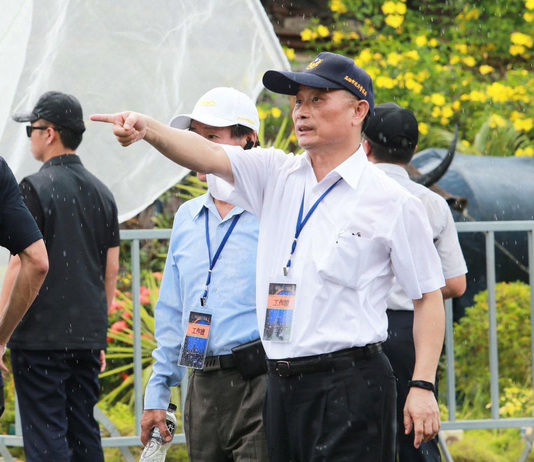 新任警政署長陳家欽先前擔任高雄市警察局長時,冒雨在雨中指揮員警執勤。 記者劉學聖...