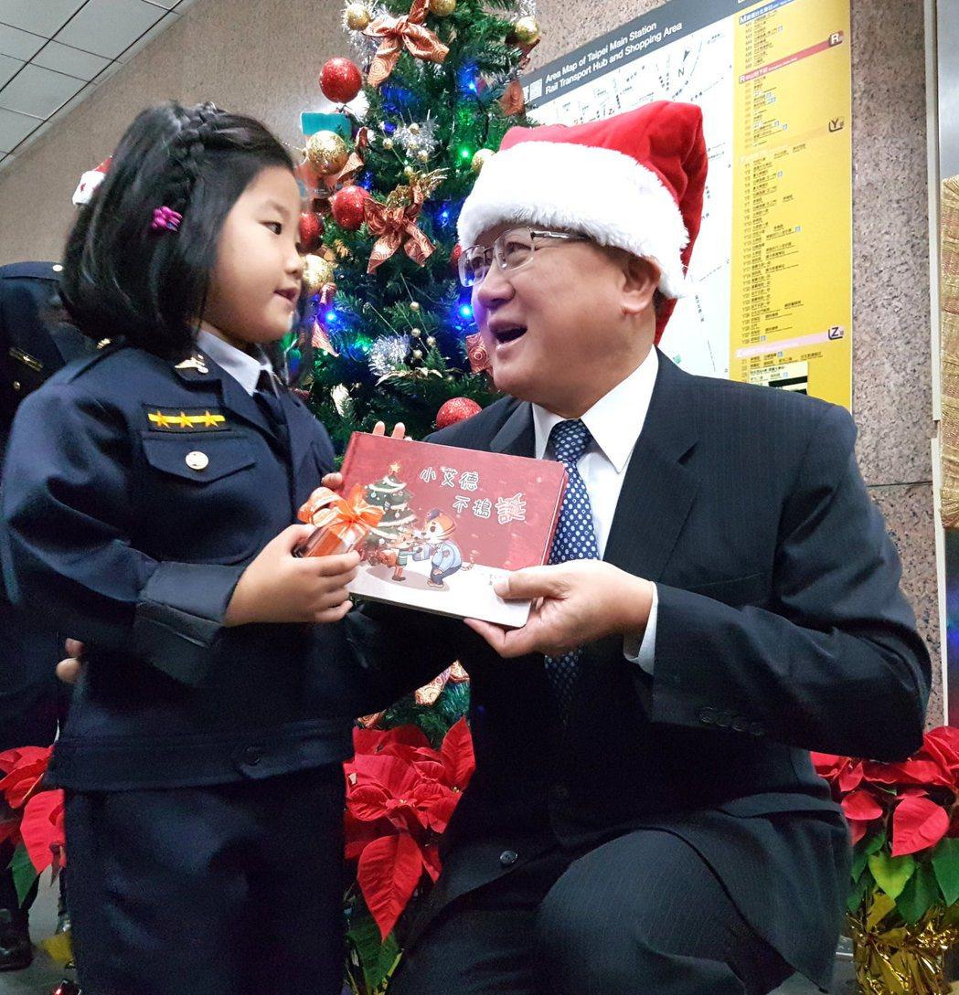 警政署前署長陳國恩扮演聖誕老公公,贈送參加「小小萌警突襲任務」的小朋友們「小艾德...