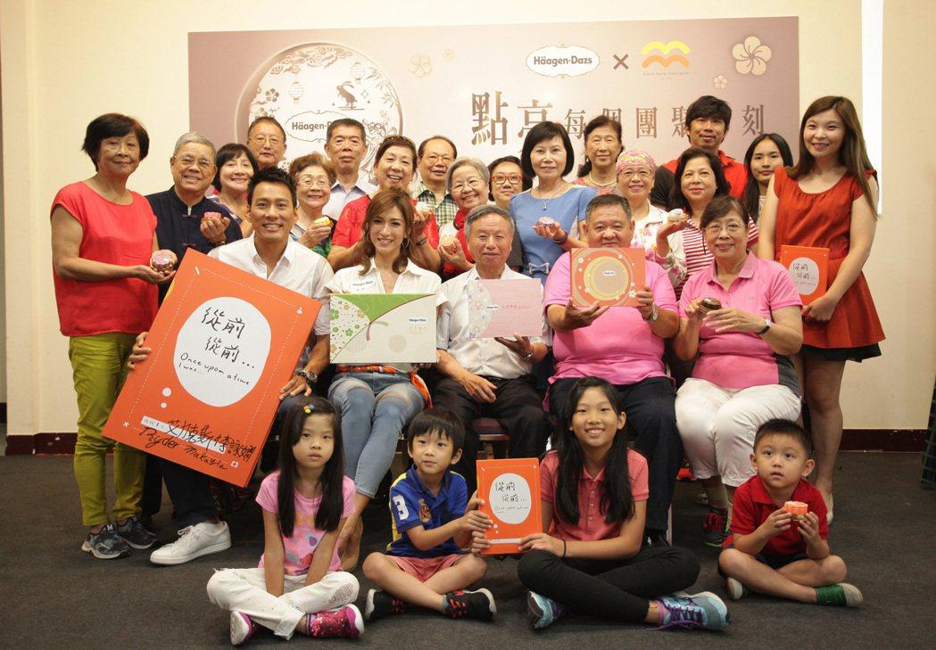 高發會舉辦公益傳愛工作坊,楊志良(第二排中)與爺奶分享珍貴回憶。 圖/高發會提供