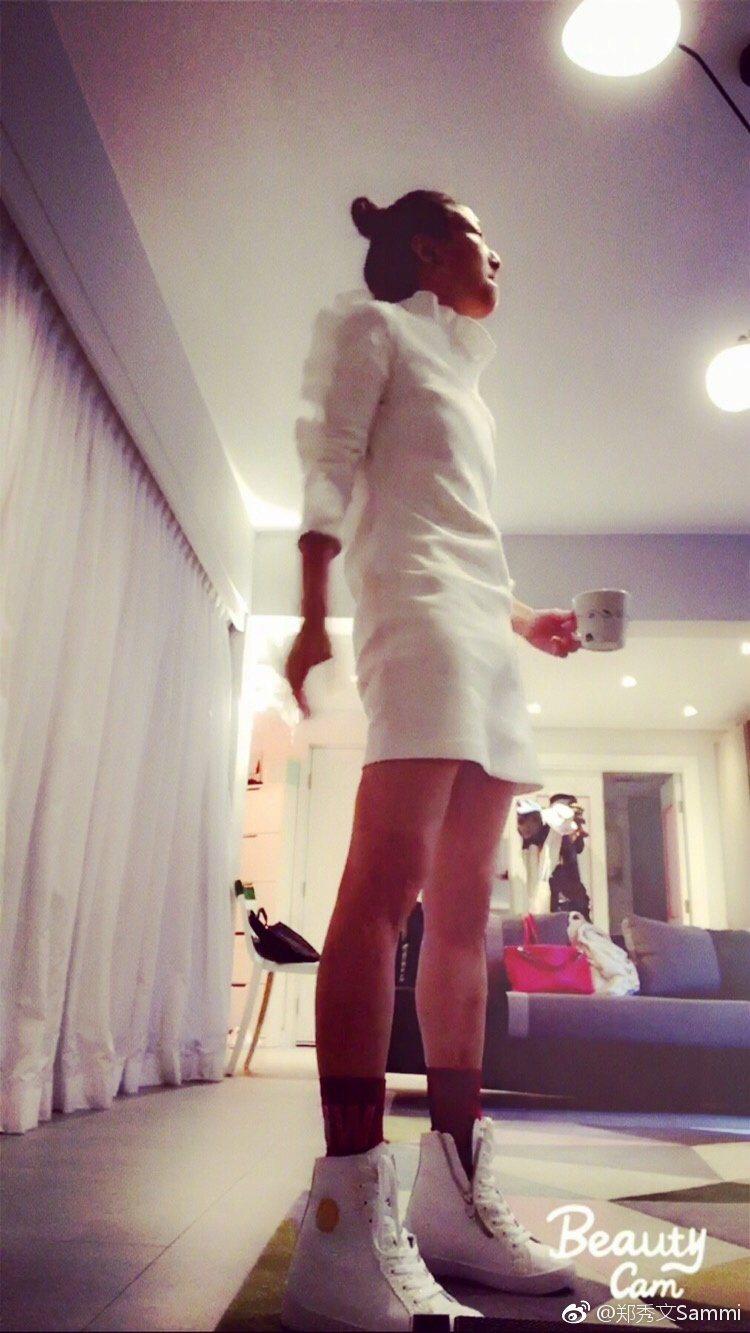 鄭秀文穿緊身裙秀蜜大腿,激瘦模樣正翻。 圖/擷自微博。
