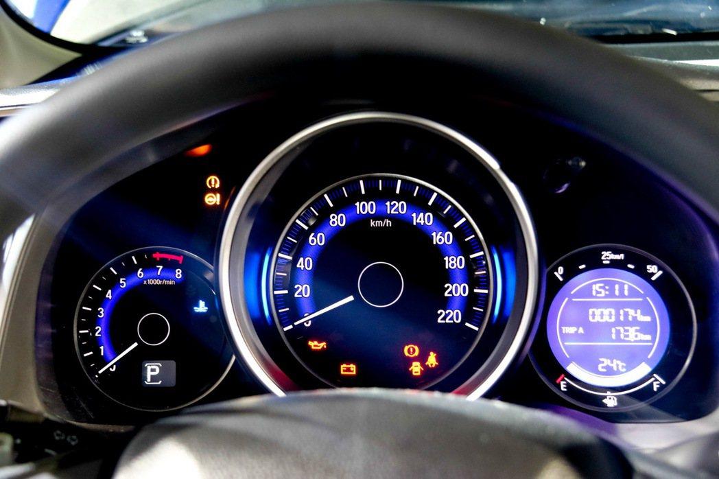 湛藍二環式多功能儀表板。 記者史榮恩/攝影