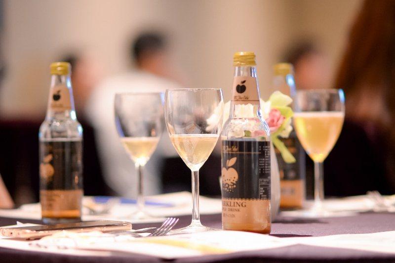 香檳醋飲「米九十露」上桌。 廣誠生技/提供