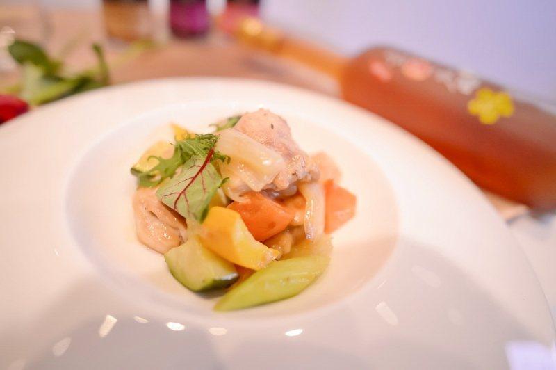 樂活釀造醋蔬菜燉雞(雞肉、櫛瓜、洋蔥、紅蘿蔔、樂活釀造醋)。 廣誠生技/提供