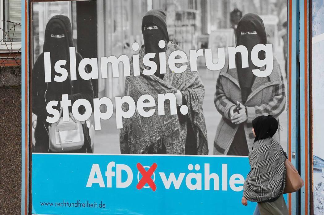 「阻止伊斯蘭化!票投AfD」 圖/路透社