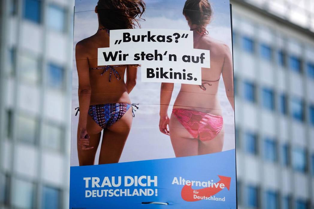 「布卡(穆斯林女性全身罩袍)?我們更愛比基尼!」 圖/路透社