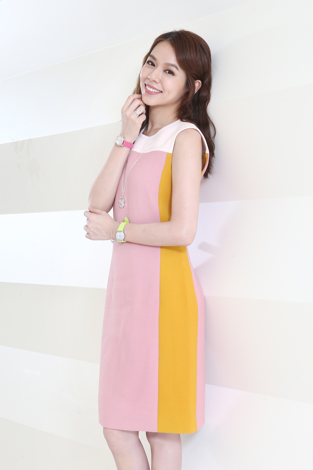 夏于喬穿Bottega Veneta彩色拼接洋裝,配戴蕭邦Happy Sport彩色腕表、 Happy Diamonds系列「Good Luck Charm」傳遞幸運永恆之溫暖手護珠寶。