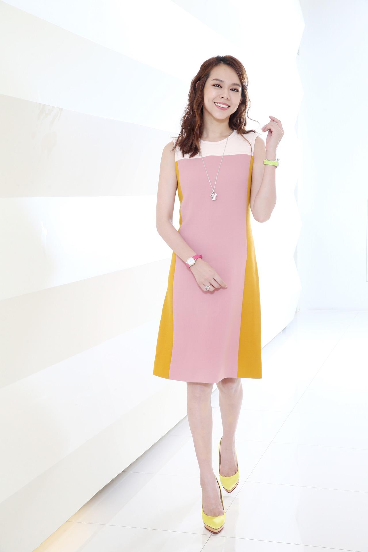 夏于喬穿Bottega Veneta彩色拼接洋裝,配戴蕭邦Happy Sport彩色腕表、Happy Diamonds系列「Good Luck Charm」傳遞幸運永恆之溫暖手護珠寶。