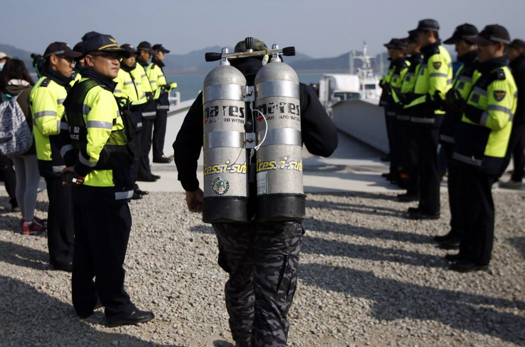 由於職業特性以及商業市場的潛規則,潛水員往往是沉默的一群。  圖/路透社