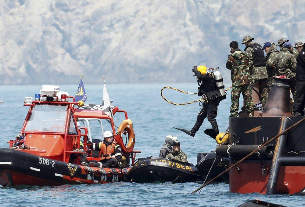 在沉船當下,傳出韓國政府已派出五百名潛水員下水搜救,而事實上當時僅有八名潛水員得...