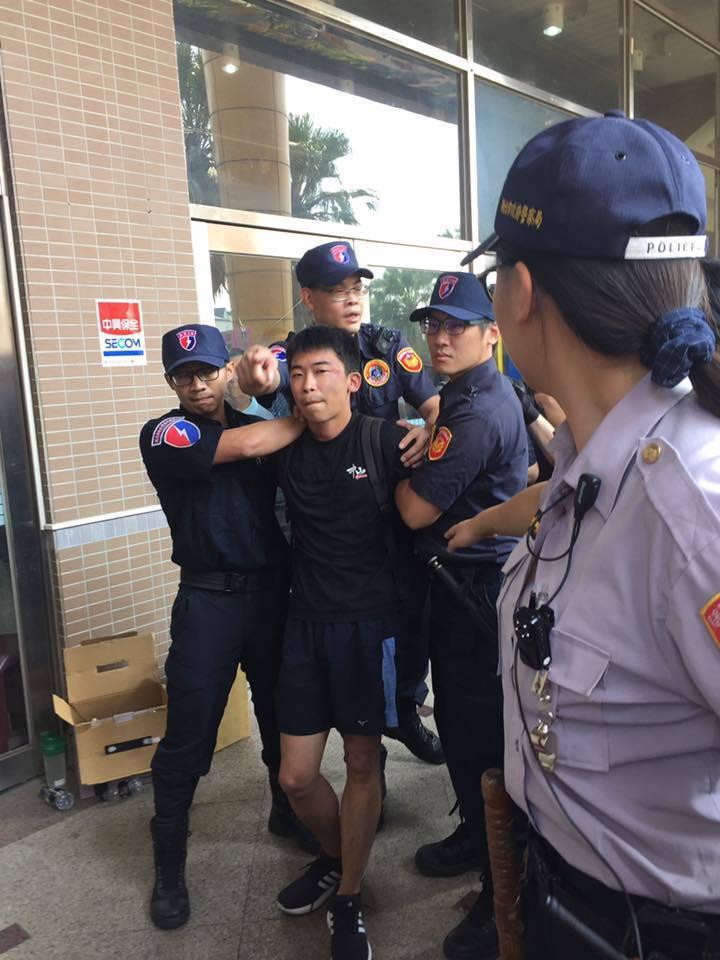 反迫遷自救會成員欲進入說明會場遭阻,被警方架離。(翻攝反迫遷連線自救會臉書)