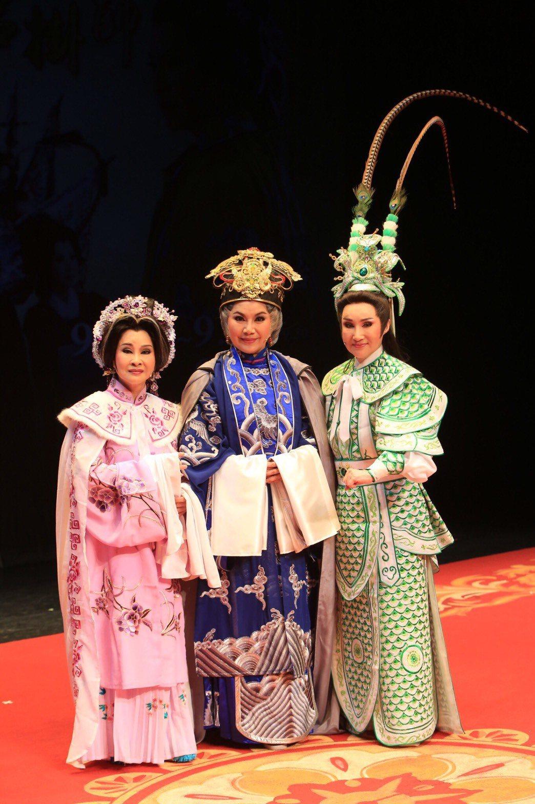 許秀年(左起)唐美雲和小咪合作演出「佘太君掛帥」。圖/唐美雲歌仔戲團提供