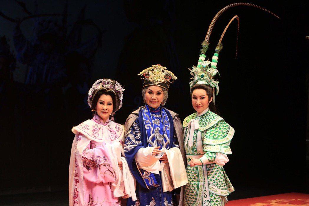 許秀年(左起)唐美雲和小咪合作演出「佘太君掛帥」。 圖/唐美雲歌仔戲團提供