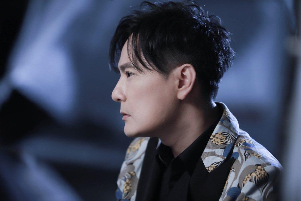 張信哲為新歌「見壞就收」拍攝MV。圖/潮水音樂提供