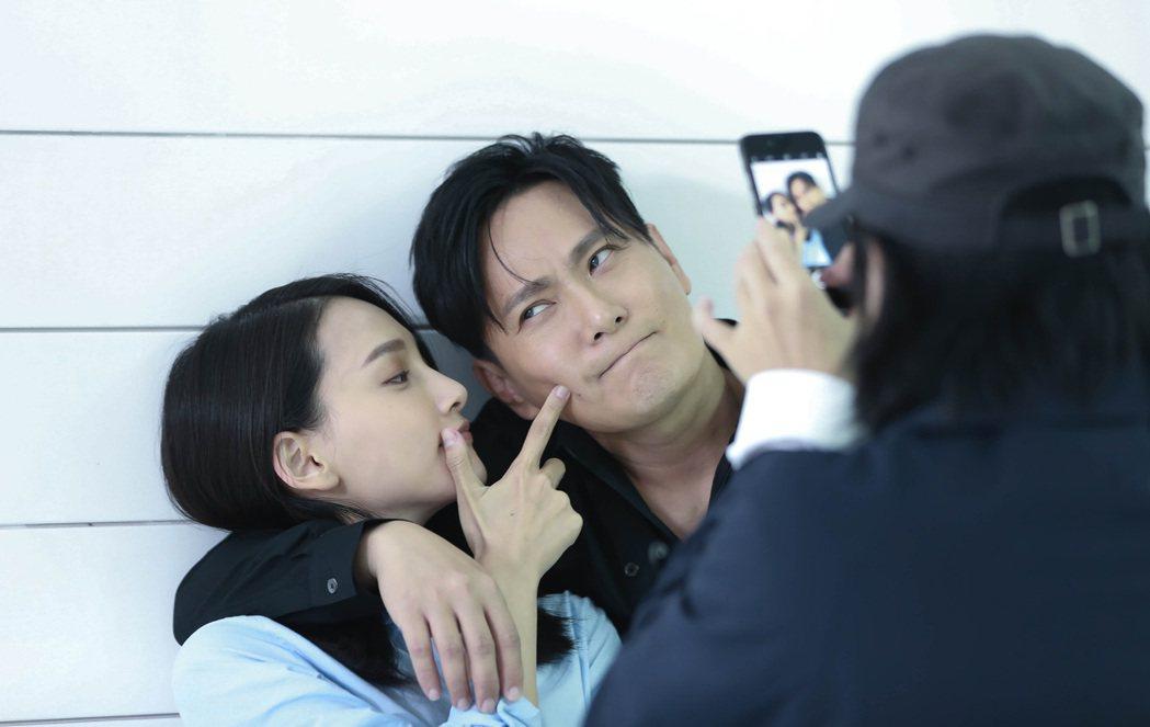張信哲(右)與「小周迅」林映唯合作拍MV。圖/潮水音樂提供