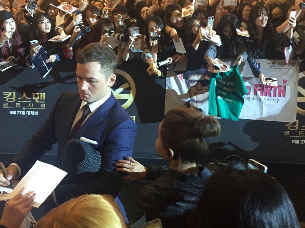 泰隆艾格頓親切為粉絲簽名。記者陳建嘉/攝影